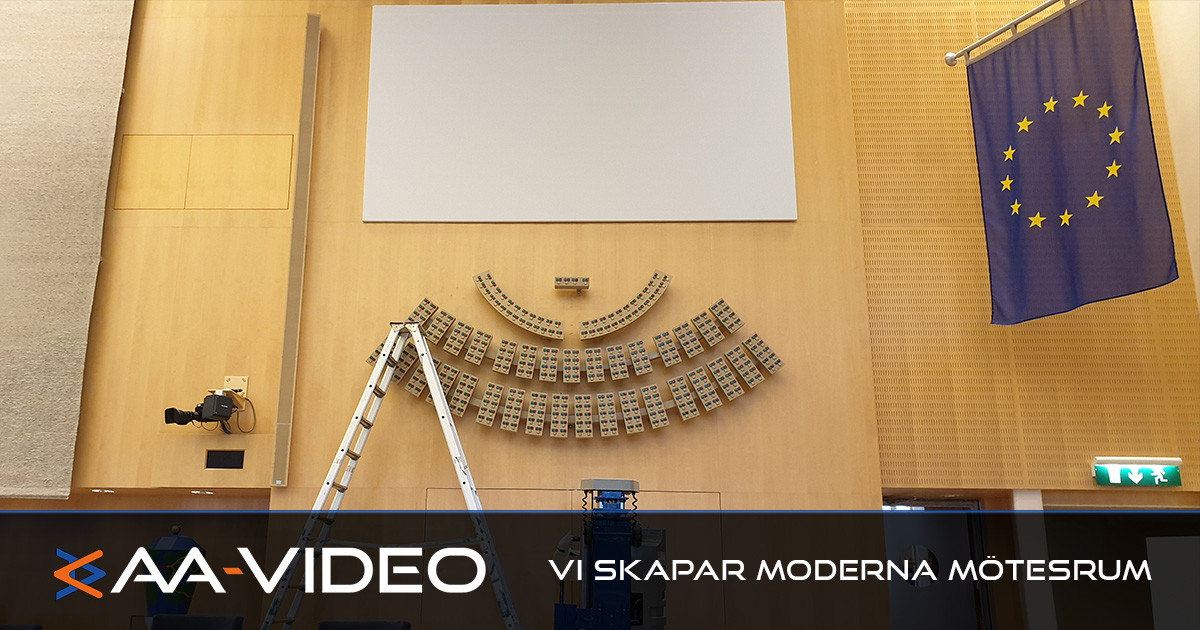 Här installerar AA-Video nya dukar i Plenisalen